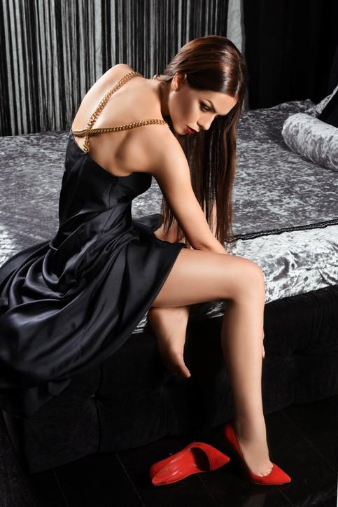 Dress with the waist cutout